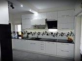 Nowoczesna i funkcjonalna kuchnia  na  połysk w kolorze białym
